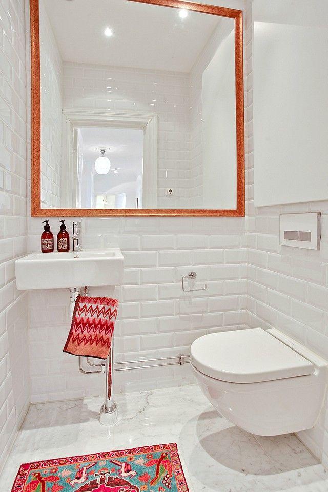 Gästtoalett ligger i anslutning till sovrummet och går i samma lyxiga stil som badrummet
