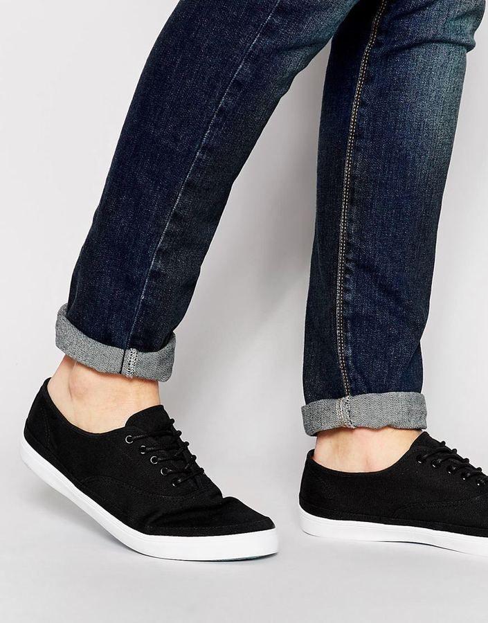 €29, Schwarze Niedrige Sneakers von Asos. Online-Shop: Asos. Klicken Sie hier für mehr Informationen: https://lookastic.com/men/shop_items/253440/redirect