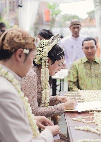 Pesta rakyat adalah tema pernikahan yang dipilih oleh Ria Sarwono dan Fedi. Yuk kita simak pernikahan yang memiliki konsep santai dan cheerful ini!