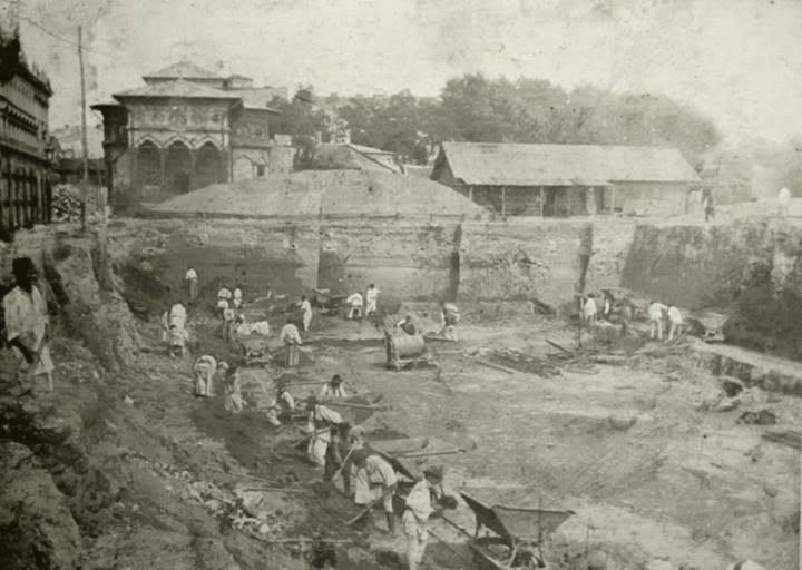 1894-1895 - Lucrul la fundatia Palatului Postelor In spate se vede Biserica Stavropoleos