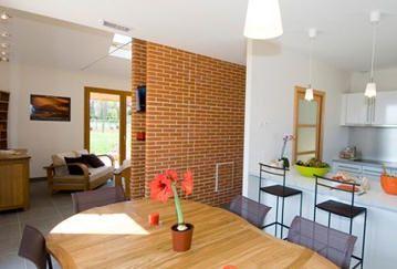Ajoutez une petite touche anglaise à votre cuisine en mettant un mur à brique rouge