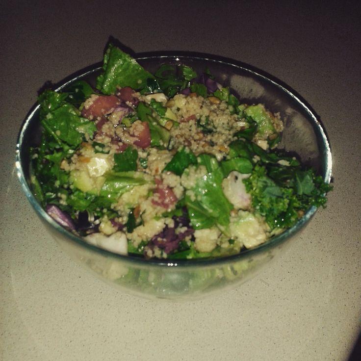 Fit sałatka z jarmużem - niezwykle lekka i smaczna, idealna na kolację.  #kale #jarmuz #salatka #fit #zdrowie #recipe #winogrono #grapes #mixsalat #salad #przepis #mniam #yummy #healthy #zdrowo #smacznie #ymt24 #oscypek #awokado #avocado #smokedcheese #slonecznik #sunflower