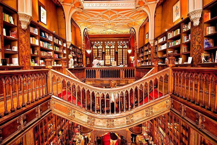 É a livraria mais bonita do mundo, fica em Portugal, e faz hoje 110 anos. A livraria Lello, no Porto, continua a deslumbrar quem a visita.