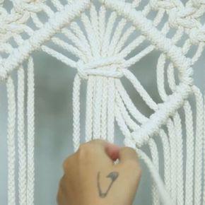 Teknik merangkai tali bernama makrame sudah lama dikenal sebagai salah satu teknik membuat kerajinan tangan. Beragam benda bisa dibuat dengan teknik makrame, misalnya tas, taplak meja, dan hiasan dinding. Belakangan ini, makrame kembali digandrungi untuk dibuat hiasan dekorasi rumah. Salah satunya sebagai hiasan dinding. . Makin banyaknya peminat tema bohemian untuk interio juga membuat makrame kembali menjadi tren. Menariknya, makrame juga pas untuk menghiasi ruangan dengan konsep lainnya…