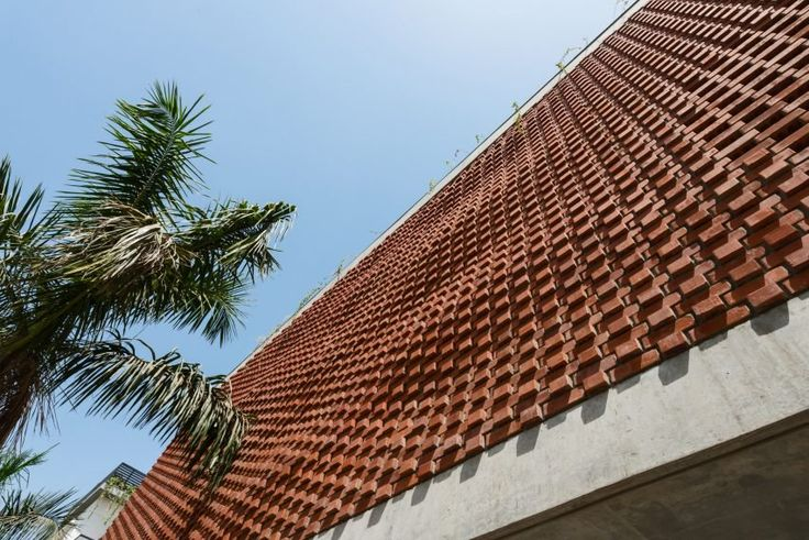 Indian house features a gently undulating brick facade that offers shade from the sun