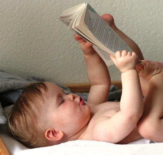 Persona libro en pañales