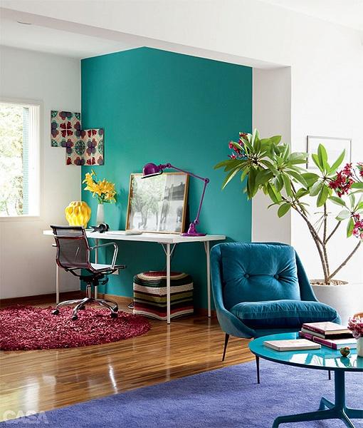 una pared de color en un espacio con paredes blancas. son mejor las tonalidades muy vivas.