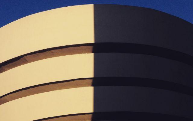 I top five musei di New York, breve guida per sceglierli Svegliarsi a New York in una grigia giornata di pioggia può essere l'occasione ideale per indossare un comodo paio di scarpe da ginnastica e partire alla scoperta di uno dei favolosi musei che la cit #musei #arte #architettura #newyork