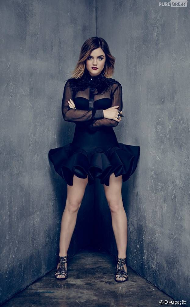 "Em ""Pretty Little Liars"", Aria (Lucy Hale)."