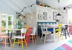 Chaises dépareillées dans la salle à manger