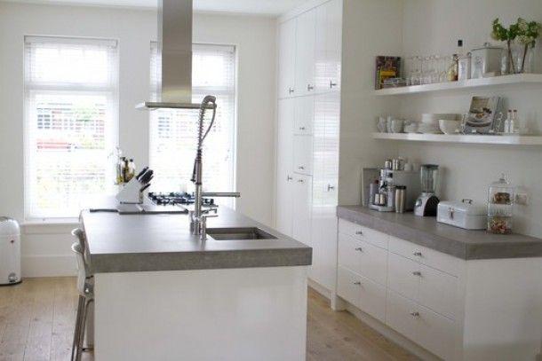 verbouwing | mooie witte keuken met betonnen werkblad, van site vt wonen Door ief