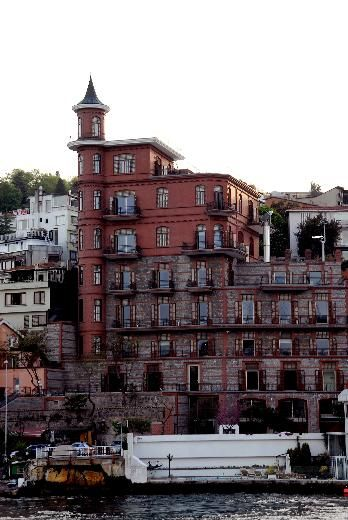 İstanbul'da mutlaka yapmanız gereken 50 şey Rumeli Hisarı'nın en önemli ve tarihi binalarından Perili Köşk'ün içindeki Borusan Contemporary Müzesi'ne gidin,