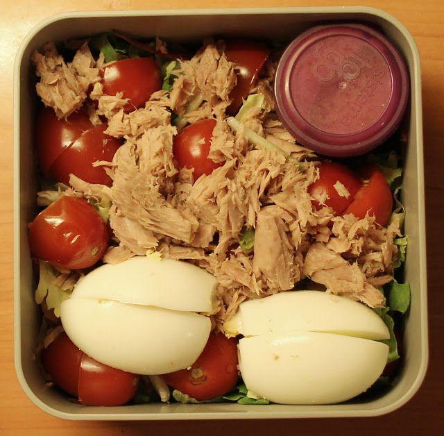 Mieszanka sałat, tuńczyk, pomidorki koktajlowe, jajko na twardo, sos miodowo-musztardowy