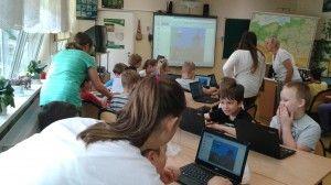 Dzisiaj zakończyliśmy działania Festiwalowe. Wiele działo się w różnych miejscach szkoły. Prezentowaliśmy nasze osiągnięcia, uczyliśmy innych jak wykorzystać nowoczesne technologie do nauki i zabawy. Pierwszaki zachęcały do nauki programowania. Pokazywały pierwsze kroki w Scratch'u, szóstoklasiści pokazywali uczniom klasy II jak można ćwiczyć tabliczkę mnożenia tak, aby było ciekawie.