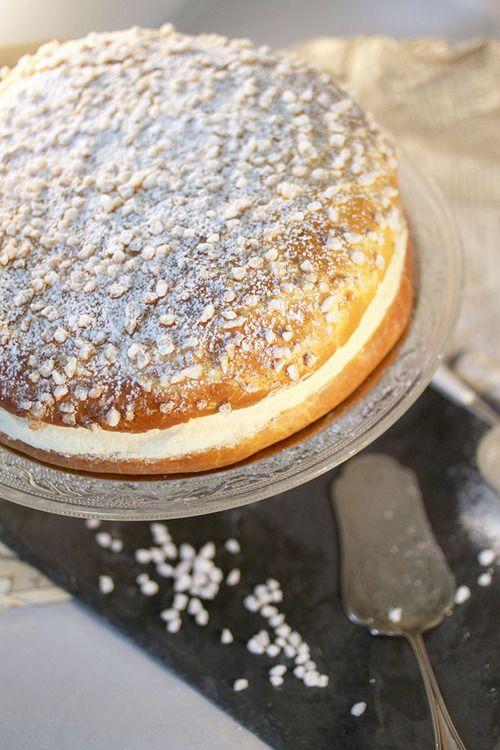 TARTE TROPEZIENNE (Pour 8 P - BRIOCHE : 250 g de farine, 25 g de sucre, 3 g de sel, 10 g de levure fraîche, 110 g de lait; 50 g d'œuf entier, 1 c à s d'arôme de fleur d'oranger, 50 g de beurre mou, 1 œuf pour la dorure, sucre en grains et sucre glace) (CREME MOUSSELINE : 400 g de lait, 1 gousse de vanille, 48 g de jaunes d'œufs, 100 g de sucre, 40 g de maïzena, 140 g de beurre pommade) (CREME TROPEZIENNE : la crème mousseline + 150 g de crème chantilly)