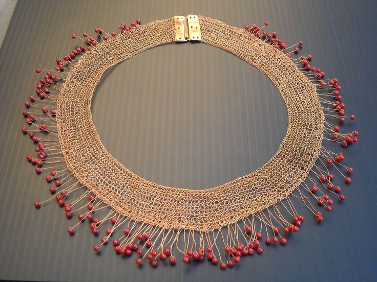 Hilo de cobre con cuentas de coral rojo // M. Loreto Fernandez