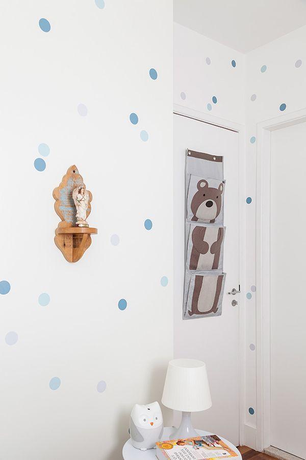 A arquiteta Daniele Okuhara, do Estúdio Lirio, apostou em uma decoração de bolinhas e em tons neutros para o quartinho de seu bebê