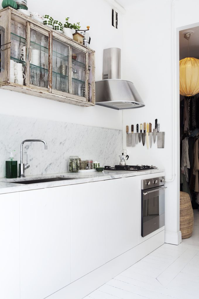 Love the wall-mounted cabinet. Photo: Andrea Turander.