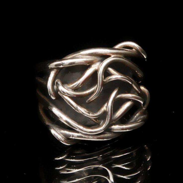Anel Limos, de prata de lei 925, de tamanho 13, e design de Sandra Gatz   1