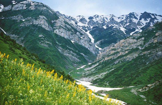Tien Shan occidental, à cheval sur le Kazakhstan, le Kirghizistan et l'OuzbékistanCe site, à cheval sur leKazakhstan, le Kirghizistan, et l'Ouzbékistan, en Asie centrale, appartient à la chaîne de montagnes du Tian Shan, une des sept plus grandes du monde. L'altitude du Tien Shan occidental varie de 700 à 4 503 mètres, ce qui confère au site une grande diversité de paysages ainsi qu'une biodiversité particulièrement riche.