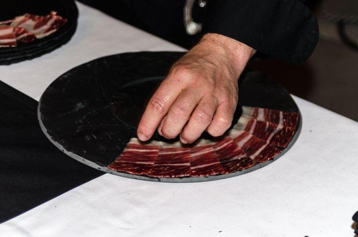 #jamon #slate #plato #bandejas #fuentes #ardoise #guijuelo #bellota #ibéricos la mejor manera de emplastar un jamón sobre uno de nuestros #platosdepizarra. Con #raa (registro sanitario) #pizarraespañola # marcaespaña