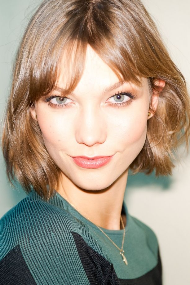 Karlie Kloss perfect short bob is cute perfect for fine hair to appear thicker.