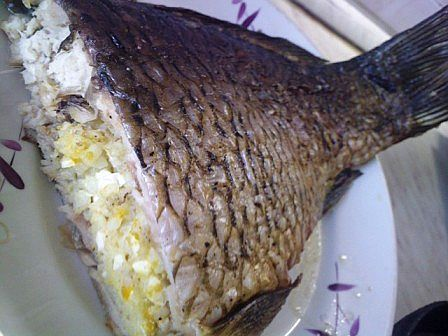 Дело в том, что именно по этому рецепту я запекала рыбу целиком первый раз в своей жизни. Давно это было, лет четырнадцать мне было. Но до сих пор помню снисходительные взгляды мамы и бабушки, когда …