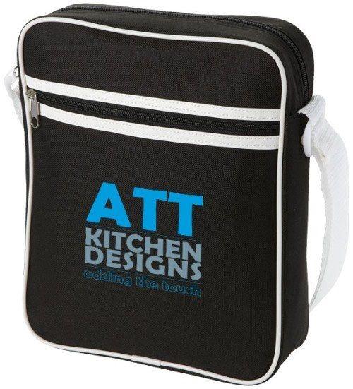 BORSA A TRACOLLA SANTIAGO  Piccola borsa a tracolla in poliestere, con scomparto per iPad o per altri tablet con tasca frontale con zip.