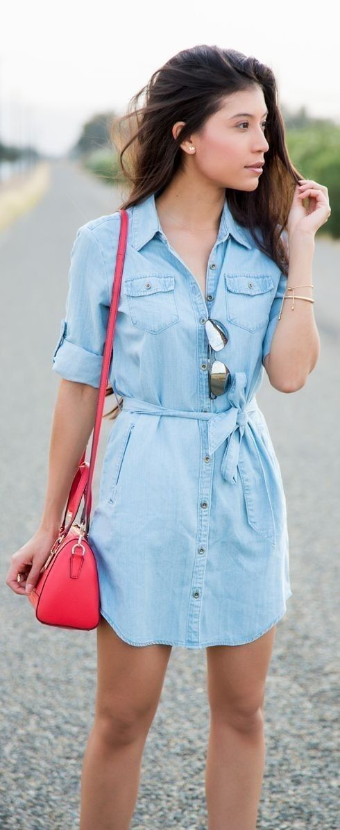 Street Style: Los vestidos camiseros cómodos y estilosos no pierden su relevancia este verano.  Los colores más populares: azul ( y sus tonalidades), blanco, color caqui y rojo carmesí. #ootd #outfitoftheday #lookoftheday #fashion #style #beautiful #outfit #look #clothes #fashionista #glamour #streetstyle #fashionstyle #fashionable #streetwear #trendy #streetfashion #fashionblog