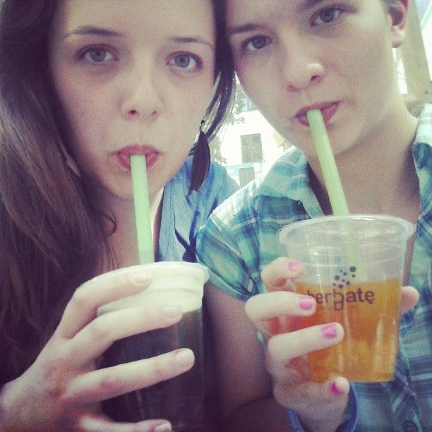 #monday #chillout #after #hard #day #in #school #friends #bff #best #moments #sweet  #black #and #green #tee #fruit  #flavor #it #taste #good #kiwi #mango #jellies  #pijherbate #omnom #bubbletea