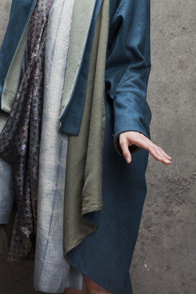«Manteau Arbousier», Marie Labarelle  Etoffe fabriquée en France: tissage de laine, et doublure chappe de soie, teintures des 2 tissus réalisées avec Marjory Salles: monobain bleu turquoise (Michel Garcia).