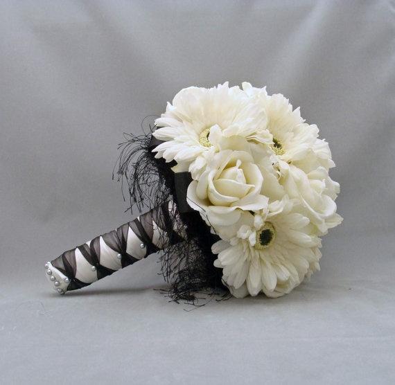 Witte gerbera's  daisy en rozen.   Trouwboeket