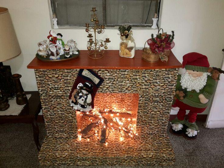 Chimenea hecha con cajas de cartón y papel imitación madera y piedra.