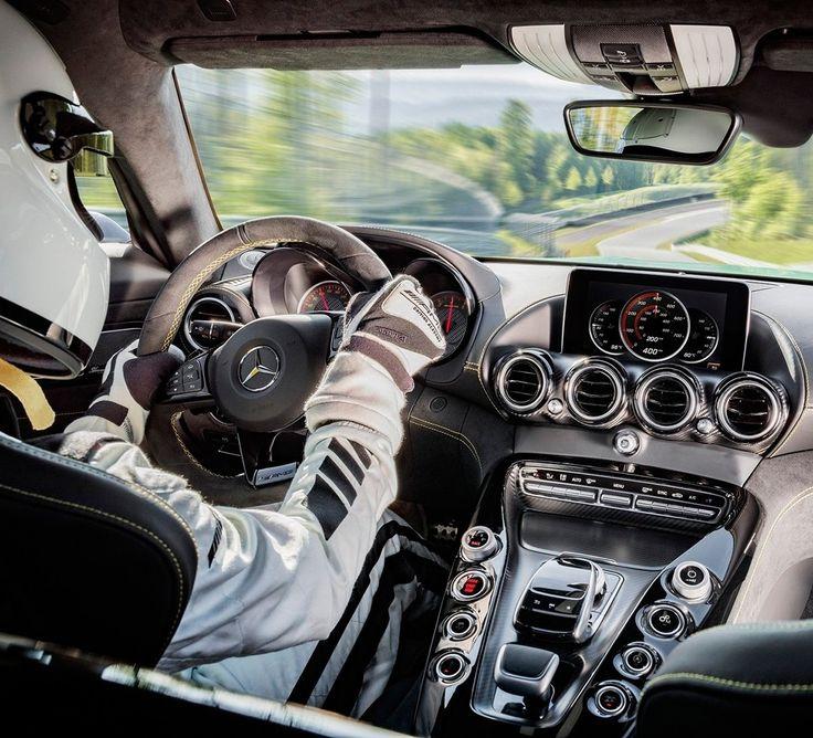 Mercedes AMG GT R 2017 Cabine do superesportivo é inspirada nos modelos de competição com bancos concha com posição baixa e shift paddles. NO console controles dos modos dinâmicos de direção. O motor é um V8 biturbo 4.0 com mais 75cv em relação ao GT resultando em 585 cv de potência e 700 Nm já com 1.900 rpm. O câmbio é automatizado de dupla embreagem e a tração é traseira. O conjunto garante 0 a 100 km/h em 36 segundos e máxima de 318 km/h.  #CarroEsporteClube #MercedesAMG #AMGGT