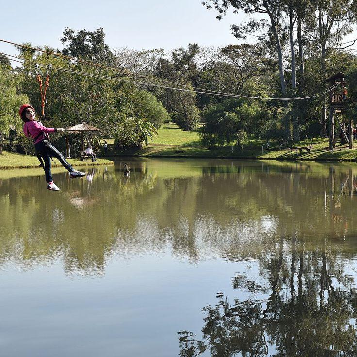 Uma das #atividades mais desejadas no #Mabu Thermas Grand #Resort @hoteismabu em #FozDoIguaçu é a #tirolesa com filas para colocar os equipamentos de segurança e voar sobre o grande lago. A equipe de recreação é super competente e estão sempre criando dinâmicas e atividades com as crianças das 9:00 às 22:00 com uma pequena folga no final da tarde para descanso. Os pequenos podem inclusive fazer as refeições com os monitores. Contamos tudo aqui: http://bit.ly/mabudiver…