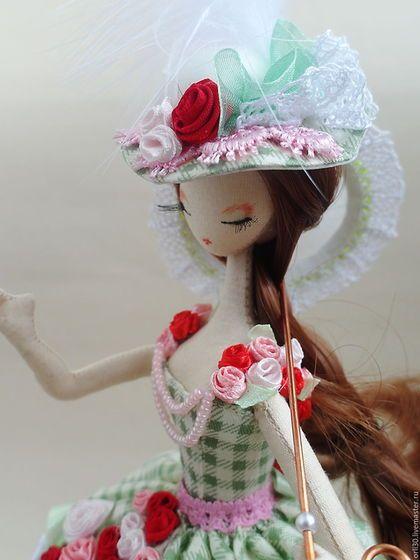 Купить или заказать Текстильная кукла.Тряпиенс.Софья в интернет-магазине на Ярмарке Мастеров. Текстильная куколка,по мотивам корейских тряпиенс. Нежный весенний наряд ярко-зелёного цвета.Платье лёгкое,воздушное,украшено цветами ручной работы. Верхняя юбка хлопок в зелёную клетку,нижняя юбка белая органза. Под платьем ноги в шёлковых панталончиках и розовые туфельки. Это коллекционная куколка,служит украшением для интерьера. Ручная работа.Единственный экземпляр.
