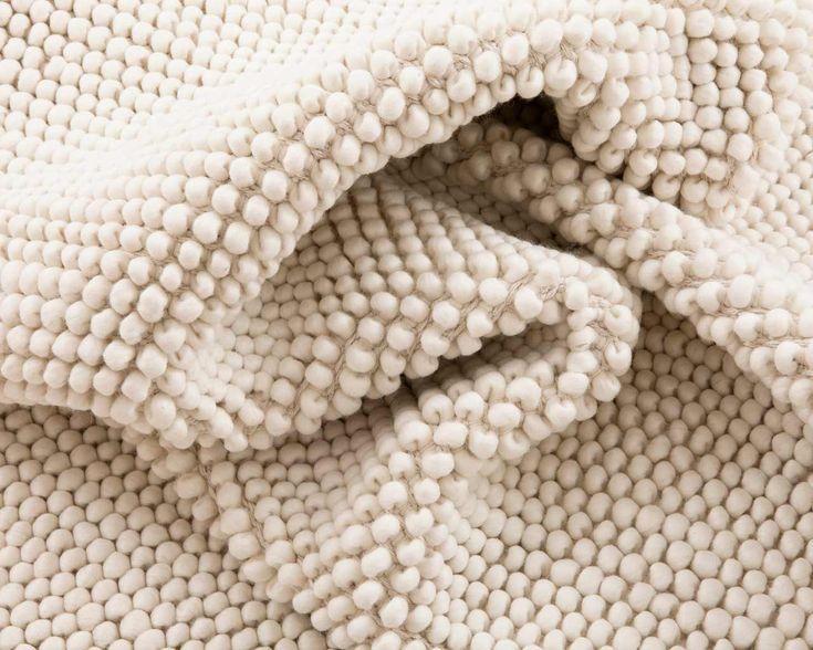 Sukhi uld loop tæpper laves af rå ubehandlet uld fra New Zealand der er blevet skyllet og tørret. Det tager en hel uge at forvandle 2 kg rå ubehandlet uld til garn og først da kan selve vævningsprocessen gå igang. Du kan læse mere om vores uld loop tæpper her: http://www.sukhi.dk/Om-bomuld-and-filttaepper