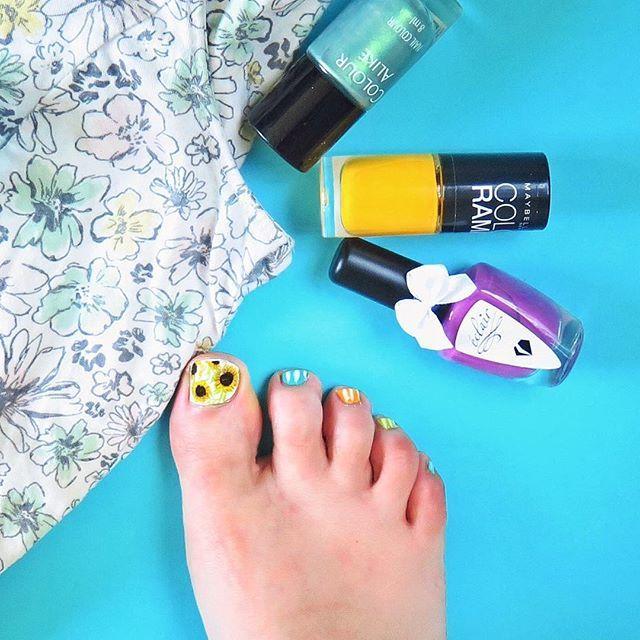 Najbardziej pozytywne i kolorowe wzorki na paznokcie u stóp ever! Jestem z nich bardzo zadowolona, oby lato trwało długo, żebym nie musiała ich zakrywać skarpetami ;) #summerpedicure #sunflowers #pedicure #nailart #colorful #wakacje #stopy #pedicurenailart