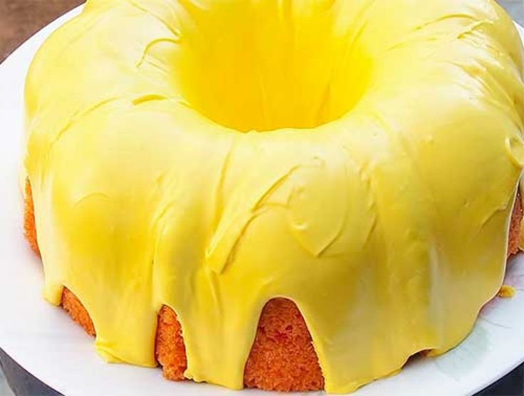 желтый торт, окрашенный куркумой