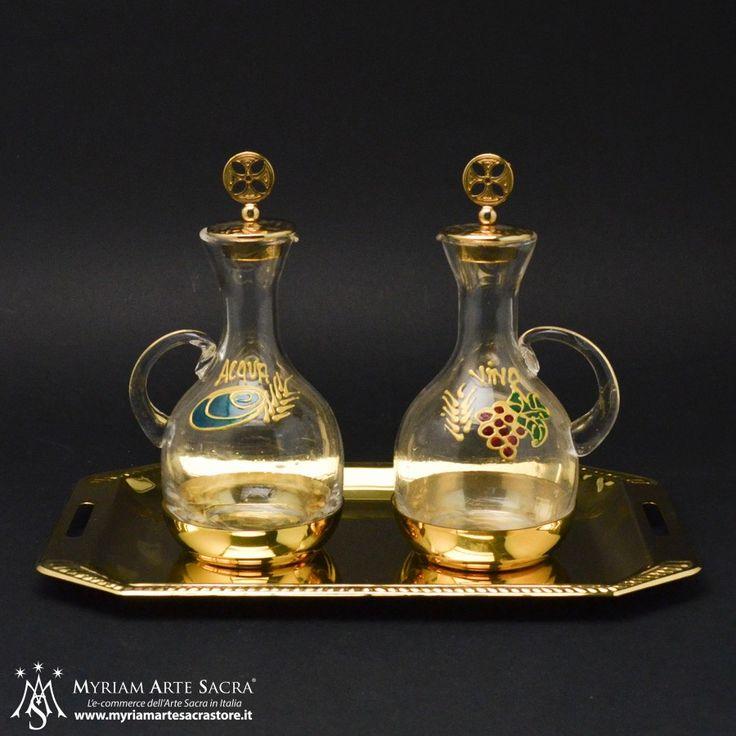 Ampolle per acqua e vino con vetro dipinto e complete di vassoio. Altezza ampolla cm. 15,5 (con tappo), Base: cm. 15,5x25. #myriamartesacra