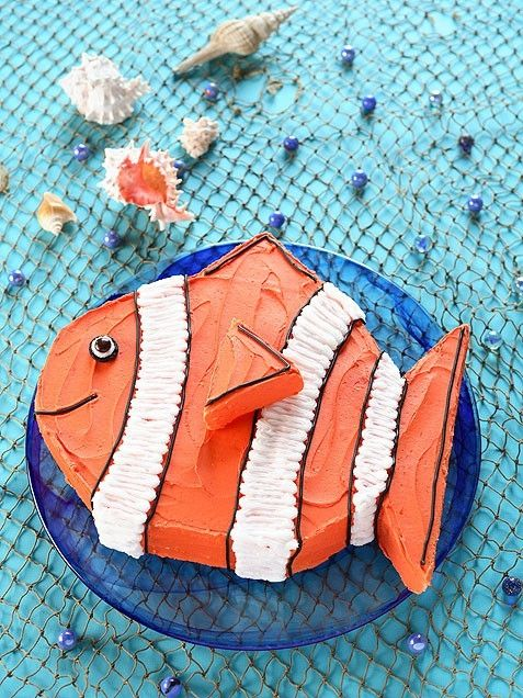 recreate the clown fish yourself! Cut a rectangular cake into an oval, and use the excess cake to create fins and a tail. Add an M for his eye. Adorable!