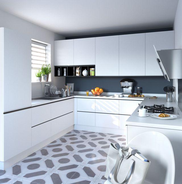 Une cuisine blanche design et pratique avec un sol aux motifs originaux