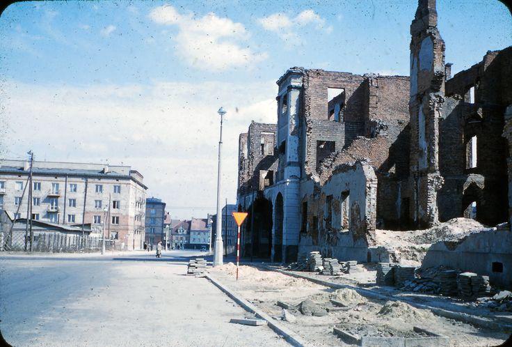 Warszawa - ul. Świętojerska u zbiegu z ul. Bonifraterską, w tle Nowe Miasto, fot, Mogens Tørsleff (lata 50. XX w.)