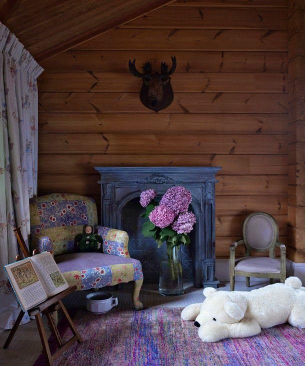Уже в прихожей этот дом удивляет ярко-синей лестницей, создавая контраст с натуральными бревенчатыми стенами! Большая гостиная с шестиметро...