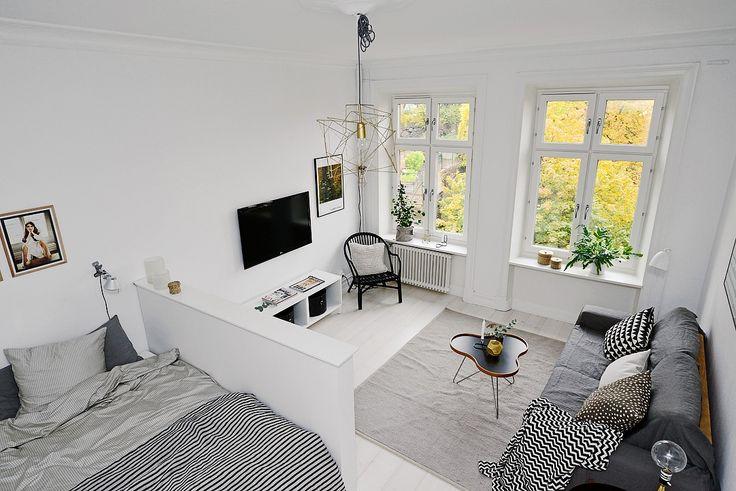 Skandinavisches Apartment macht klugen Gebrauch von kleinem Raum