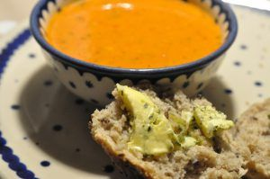 Hvad med at varme dig på en skålfuld lækker krydret tomatsuppe med paprika og flødeost? Suppen er nem at lave og du kan få brugt et bjerg tomater og peberfrugt