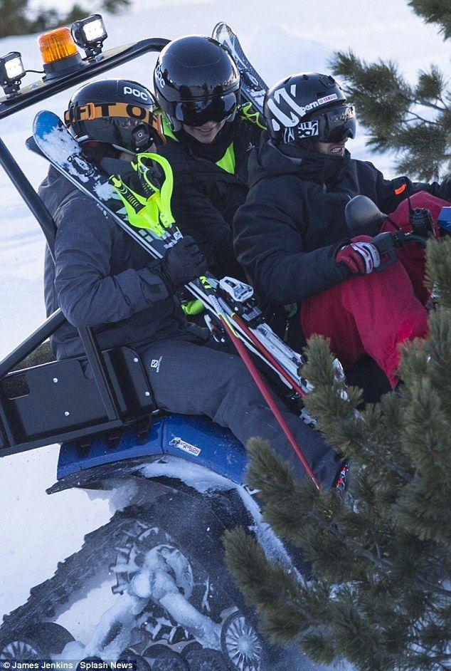 Apenas os dois: Vestidos com seus trajes de neve pretos e capacetes de esqui e óculos de proteção, os dois pareciam estar tentando uma corrida para baixo o salto de esqui temível de que o show leva seu nome