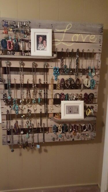 "DIY jewelry wall hanger made with pallet wood - brilliant! Smart idea for the ""tween"" girl's room!"