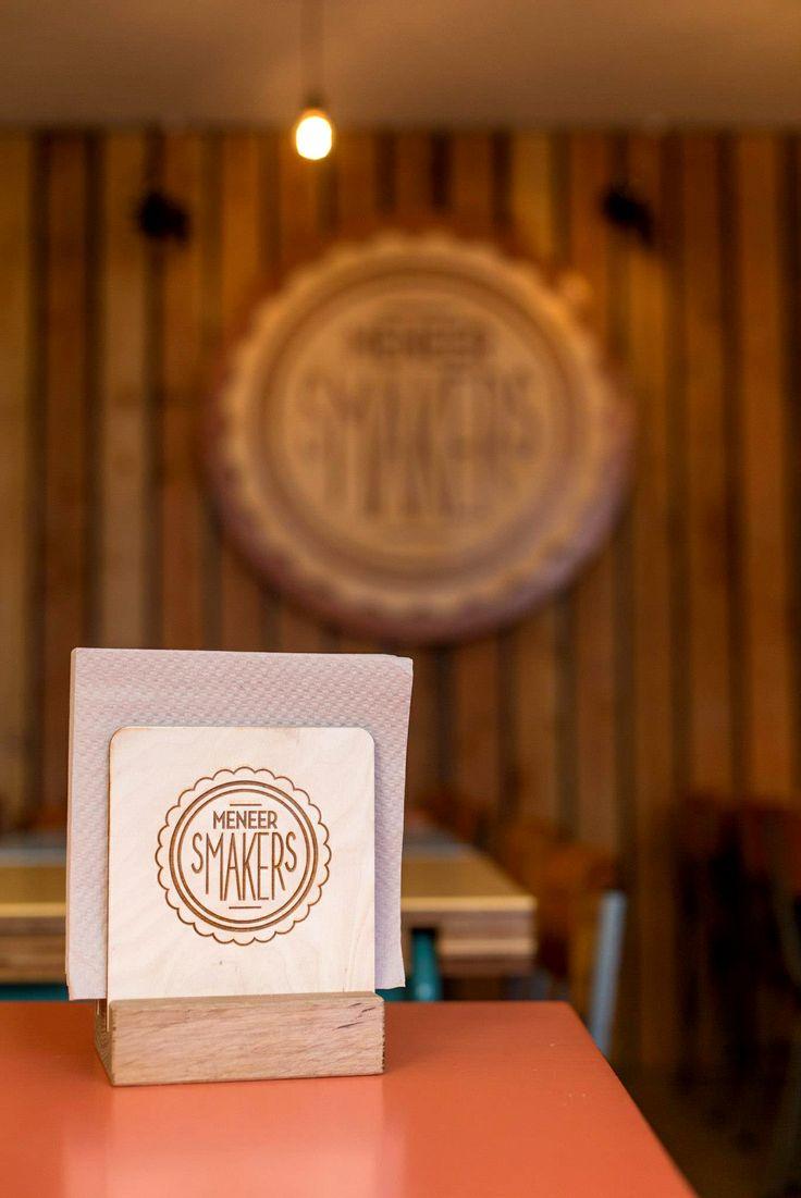 Spots for the weekend: #burgerbar Meneer Smakers in Utrecht - De eigenaren wilden in hun #hamburgerbar voor een huiskamergevoel van het familiemens 'Meneer Smakers' zorgen. Dit zie je terug in de gezellige #houten #inrichting, maar ook in hamburgernamen
