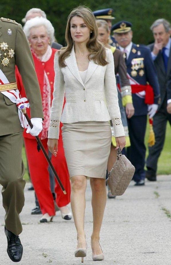 La princesa, correcta con una falda lápiz y chaqueta de lino de Felipe Varela, salones de Magrit y bolso acolchado de Adolfo Domínguez.